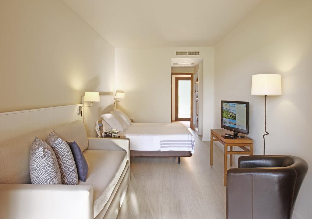 https://golftravelpeople.com/wp-content/uploads/2019/04/La-Costa-Hotel-Golf-and-Beach-Resort-Bedrooms-30.jpg