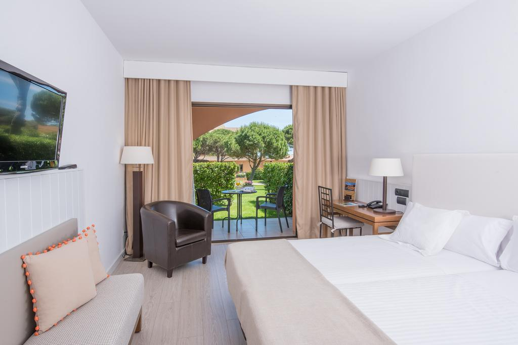 https://golftravelpeople.com/wp-content/uploads/2019/04/La-Costa-Hotel-Golf-and-Beach-Resort-Bedrooms-5.jpg