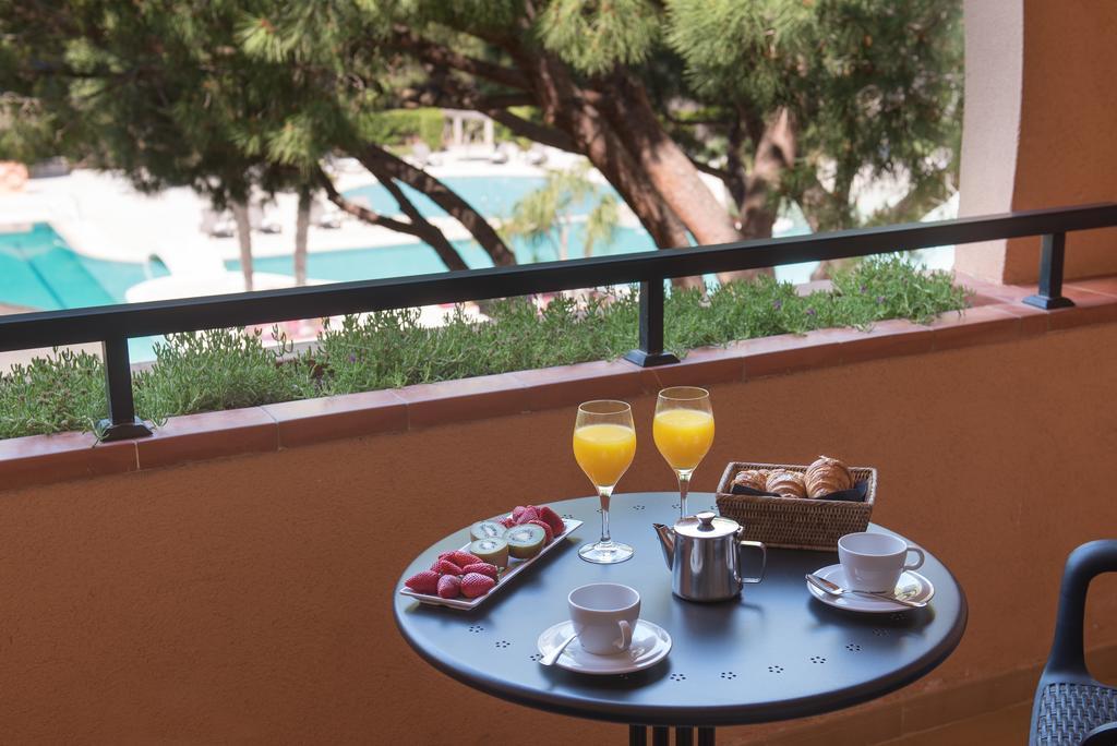 https://golftravelpeople.com/wp-content/uploads/2019/04/La-Costa-Hotel-Golf-and-Beach-Resort-Bedrooms-6.jpg