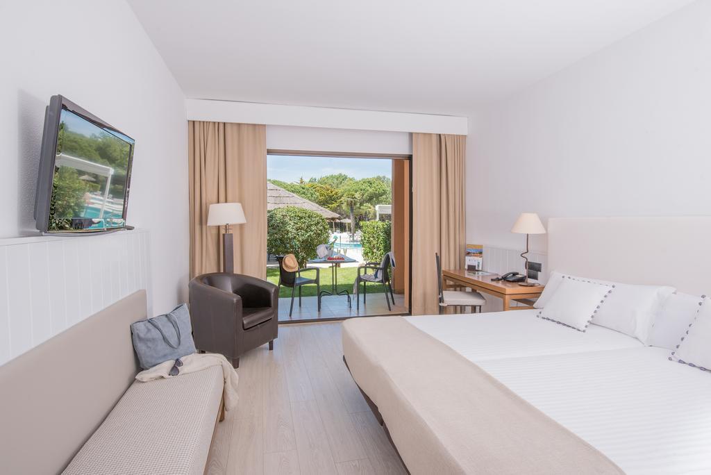 https://golftravelpeople.com/wp-content/uploads/2019/04/La-Costa-Hotel-Golf-and-Beach-Resort-Bedrooms-7.jpg