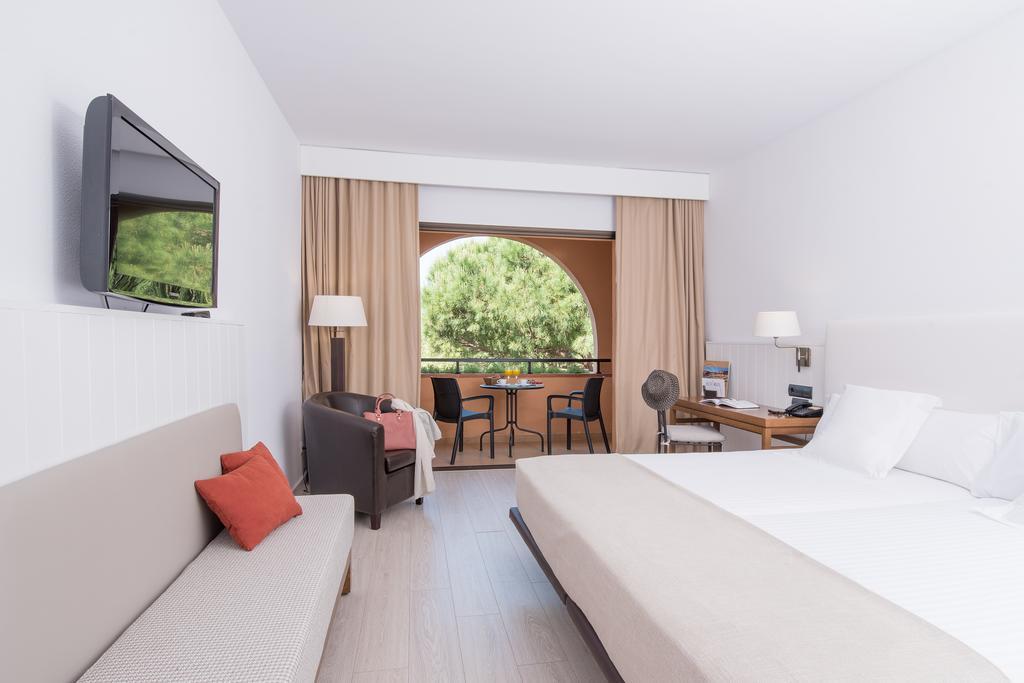 https://golftravelpeople.com/wp-content/uploads/2019/04/La-Costa-Hotel-Golf-and-Beach-Resort-Bedrooms-9.jpg