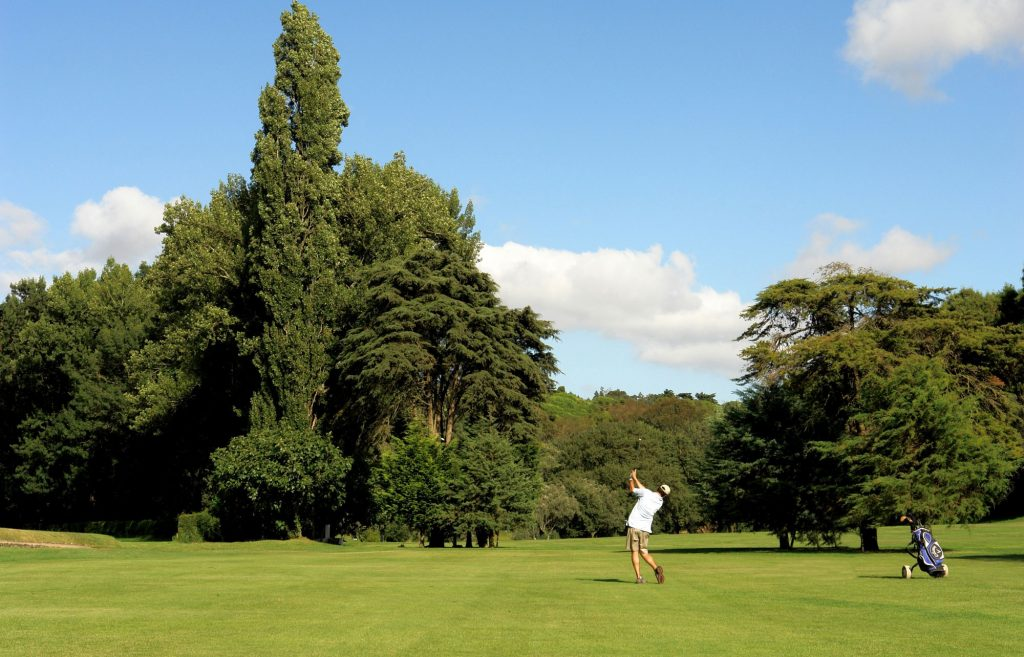 https://golftravelpeople.com/wp-content/uploads/2019/04/Lisbon-Sports-Club-7-1024x657.jpg