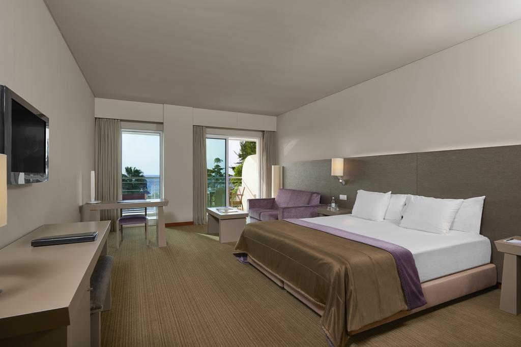 https://golftravelpeople.com/wp-content/uploads/2019/04/Melia-Madeira-Mare-Funchal-Bedrooms-12-1024x683.jpg