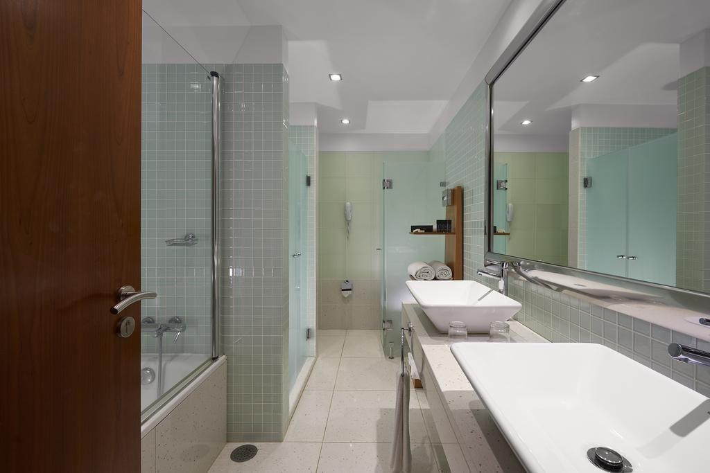 https://golftravelpeople.com/wp-content/uploads/2019/04/Melia-Madeira-Mare-Funchal-Bedrooms-15-1024x683.jpg