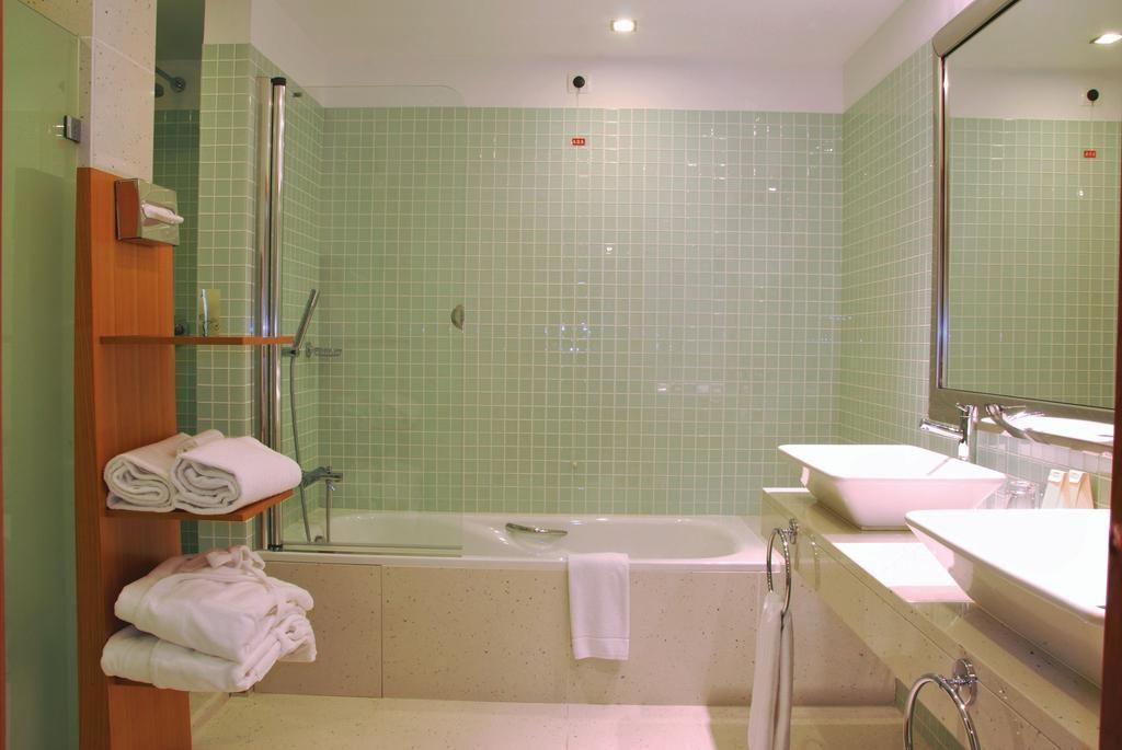 https://golftravelpeople.com/wp-content/uploads/2019/04/Melia-Madeira-Mare-Funchal-Bedrooms-2-1024x685.jpg