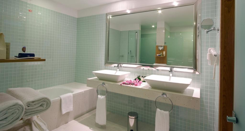https://golftravelpeople.com/wp-content/uploads/2019/04/Melia-Madeira-Mare-Funchal-Bedrooms-3-1024x548.jpg