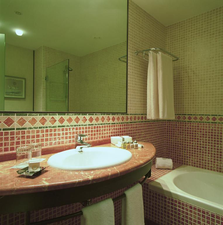 https://golftravelpeople.com/wp-content/uploads/2019/04/Nuevo-Portil-Golf-Hotel-Bedrooms-2.jpg