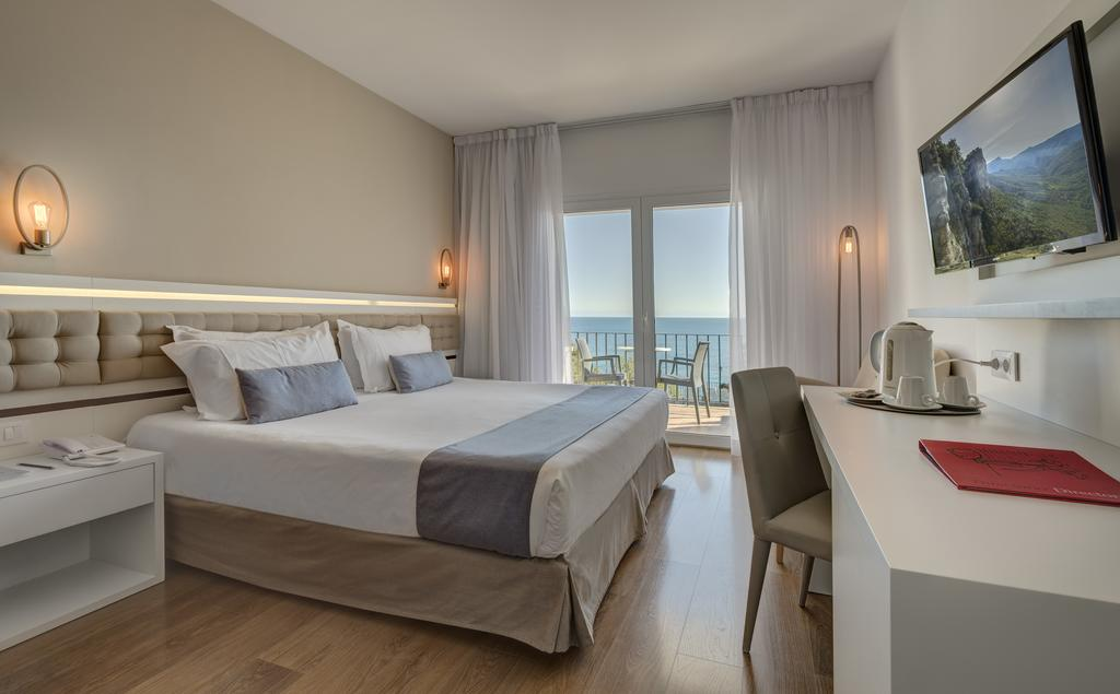 https://golftravelpeople.com/wp-content/uploads/2019/04/Park-Hotel-San-Jorge-Spa-Bedrooms-1.jpg