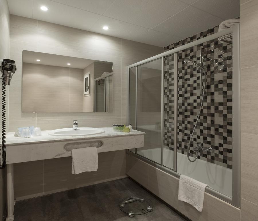 https://golftravelpeople.com/wp-content/uploads/2019/04/Park-Hotel-San-Jorge-Spa-Bedrooms-2.jpg