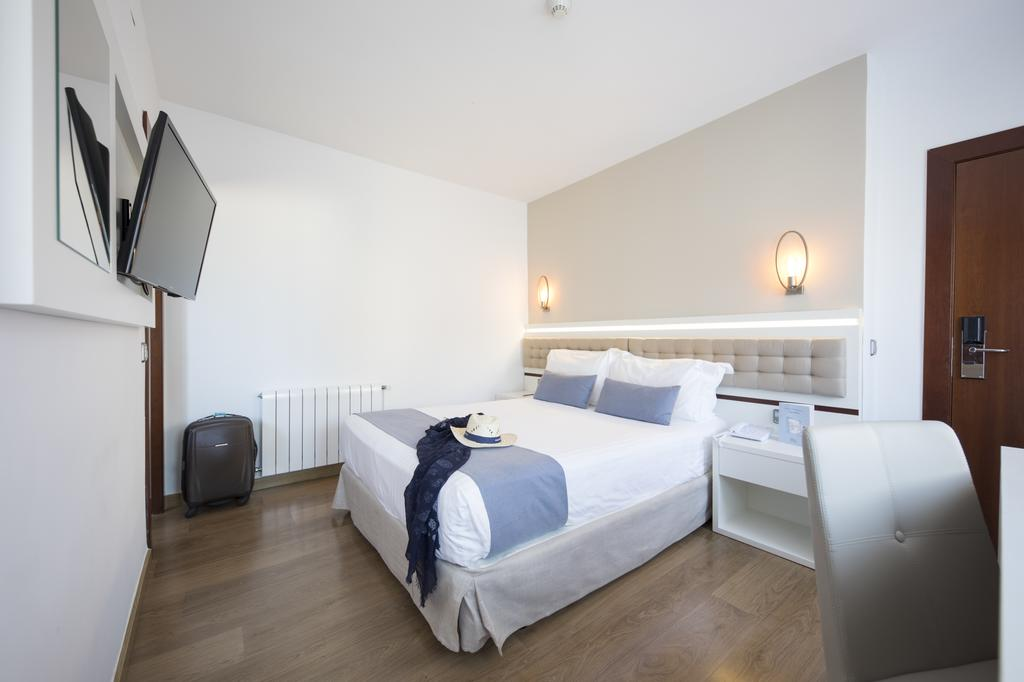 https://golftravelpeople.com/wp-content/uploads/2019/04/Park-Hotel-San-Jorge-Spa-Bedrooms-3.jpg