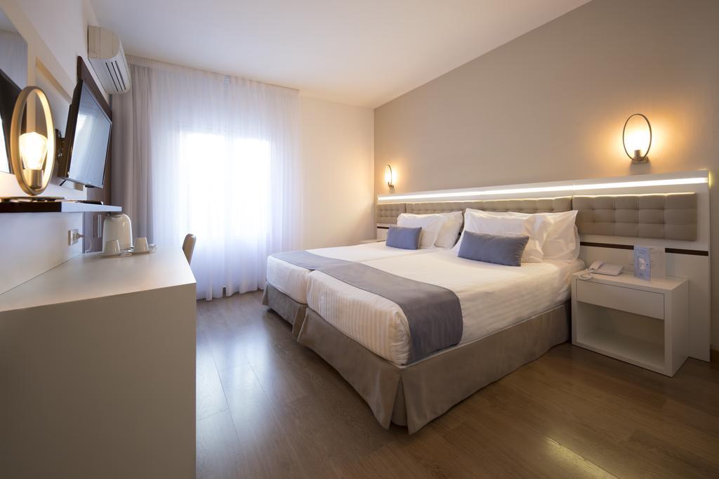 https://golftravelpeople.com/wp-content/uploads/2019/04/Park-Hotel-San-Jorge-Spa-Bedrooms-4.jpg