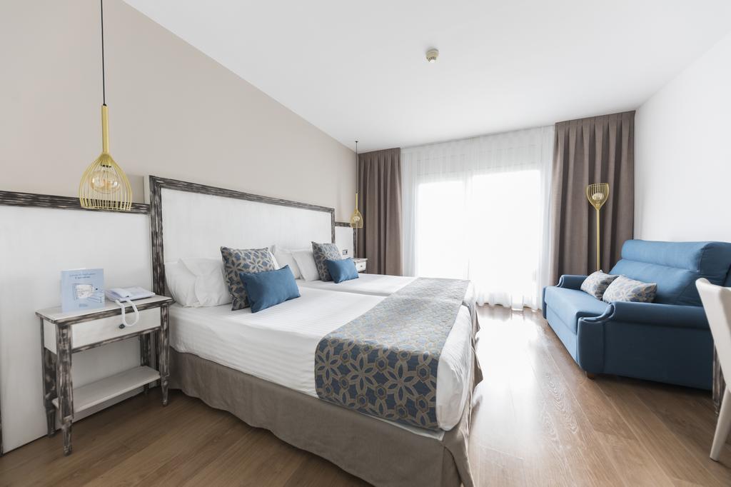 https://golftravelpeople.com/wp-content/uploads/2019/04/Park-Hotel-San-Jorge-Spa-Bedrooms-5.jpg