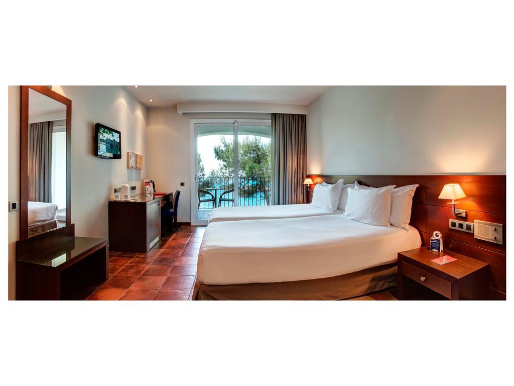 https://golftravelpeople.com/wp-content/uploads/2019/04/Park-Hotel-San-Jorge-Spa-Bedrooms-8.jpg