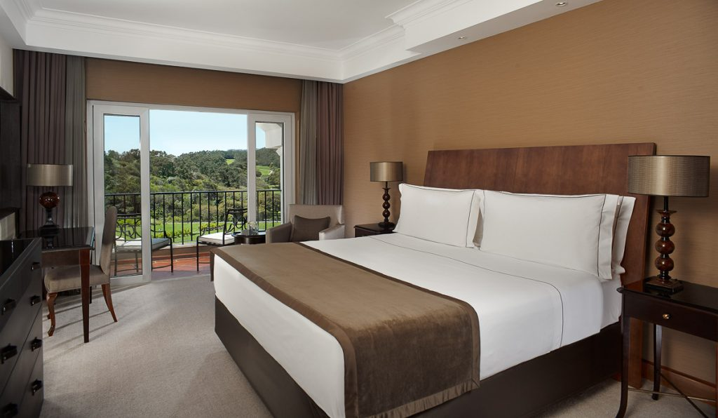 https://golftravelpeople.com/wp-content/uploads/2019/04/Penha-Longa-Resort-Bedrooms-160715-3-1024x596.jpg