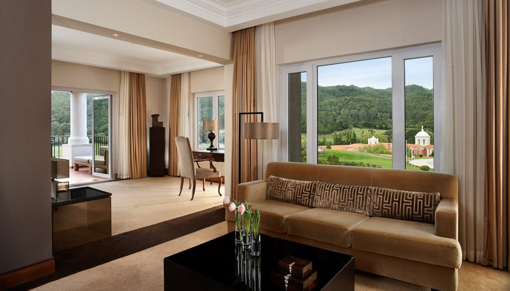 https://golftravelpeople.com/wp-content/uploads/2019/04/Penha-Longa-Resort-Bedrooms-160715-4-1024x585.jpg