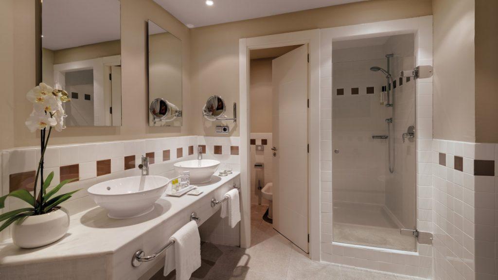 https://golftravelpeople.com/wp-content/uploads/2019/04/Precise-Resort-El-Rompido-Bedrooms-New-3-1024x576.jpg