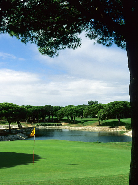 https://golftravelpeople.com/wp-content/uploads/2019/04/Quinta-da-Marinha-Golf-Club-4.jpg
