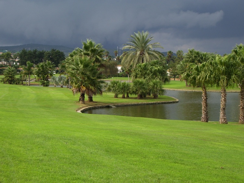 https://golftravelpeople.com/wp-content/uploads/2019/04/Real-Club-de-Sotogrande-1.jpg