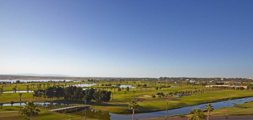 https://golftravelpeople.com/wp-content/uploads/2019/04/Salgados-Golf-Club-4-1024x489.jpg