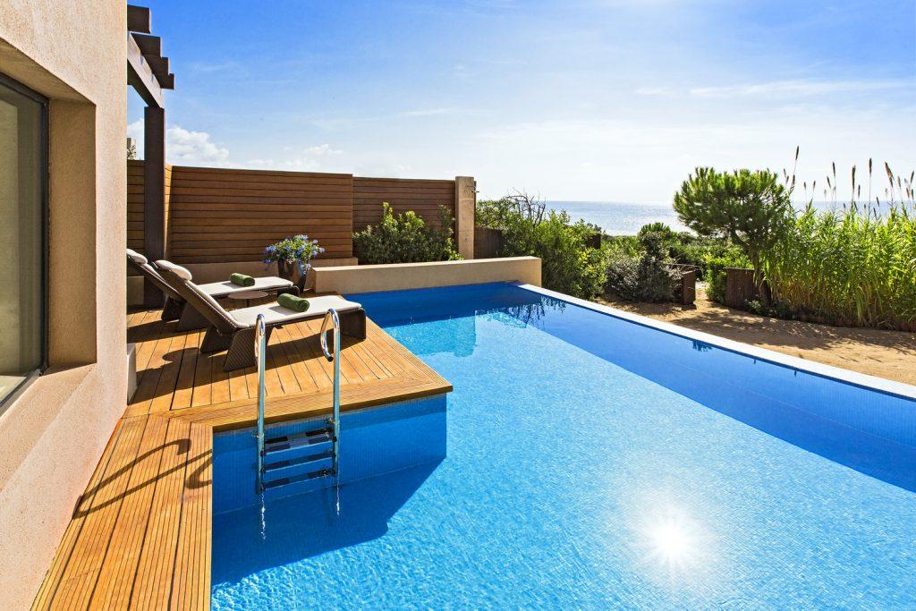 https://golftravelpeople.com/wp-content/uploads/2019/04/The-Romanos-Luxury-Collection-Resort-at-Costa-Navarino-Grand-Infinity-Suite-Sea-Pool-1024x683.jpg