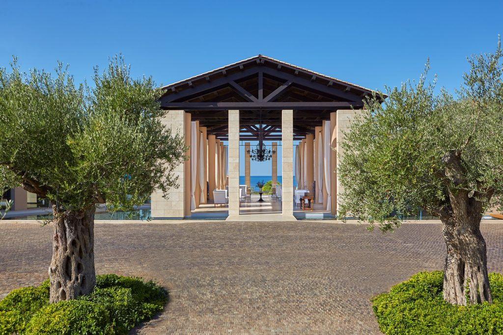 https://golftravelpeople.com/wp-content/uploads/2019/04/The-Romanos-Luxury-Collection-Resort-at-Costa-Navarino-Open-air-Lobby-3-1024x683.jpg