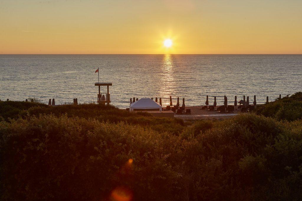 https://golftravelpeople.com/wp-content/uploads/2019/04/The-Romanos-Luxury-Collection-Resort-at-Costa-Navarino-The-Dunes-Beach-2-1024x683.jpg
