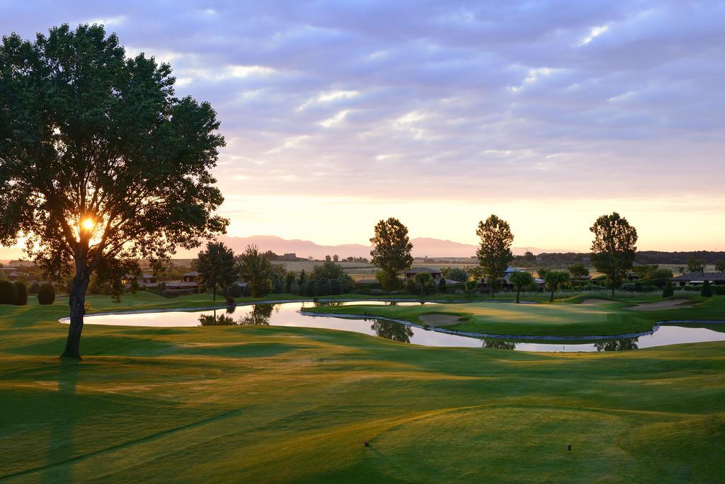 https://golftravelpeople.com/wp-content/uploads/2019/04/Torremirona-Relais-Hotel-Golf-Spa-17.jpg