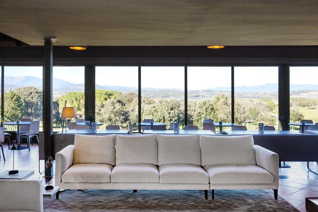 https://golftravelpeople.com/wp-content/uploads/2019/04/Torremirona-Relais-Hotel-Golf-Spa-6.jpg
