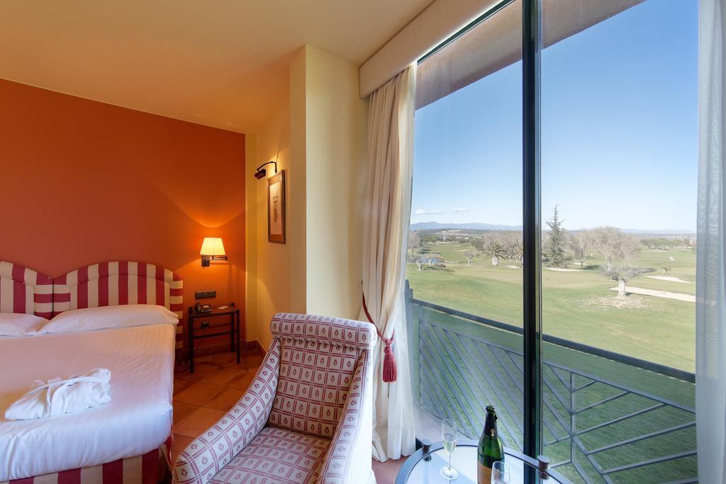https://golftravelpeople.com/wp-content/uploads/2019/04/Torremirona-Relais-Hotel-Golf-Spa-Bedrooms-1.jpg