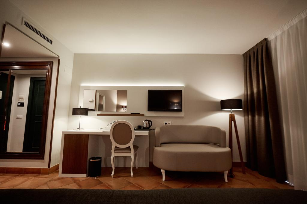 https://golftravelpeople.com/wp-content/uploads/2019/04/Torremirona-Relais-Hotel-Golf-Spa-Bedrooms-10.jpg
