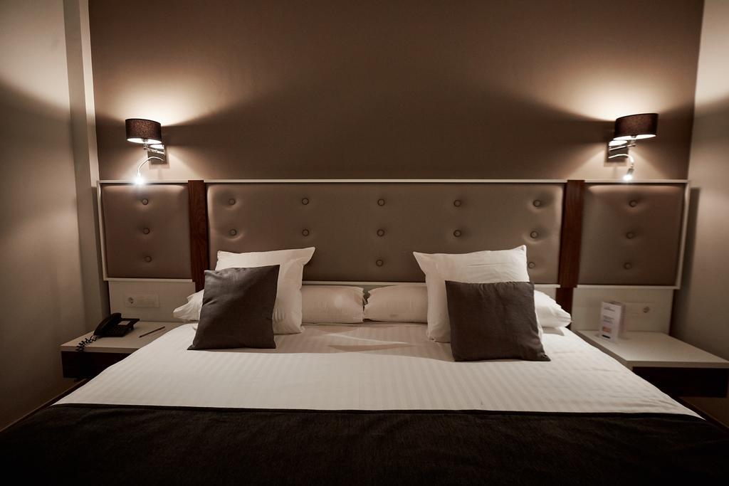 https://golftravelpeople.com/wp-content/uploads/2019/04/Torremirona-Relais-Hotel-Golf-Spa-Bedrooms-12.jpg