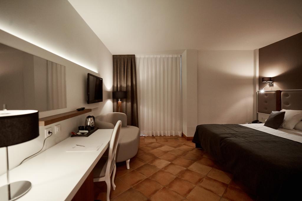 https://golftravelpeople.com/wp-content/uploads/2019/04/Torremirona-Relais-Hotel-Golf-Spa-Bedrooms-13.jpg