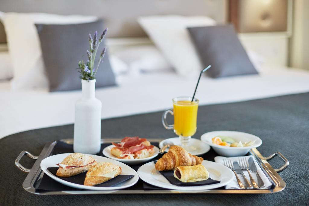https://golftravelpeople.com/wp-content/uploads/2019/04/Torremirona-Relais-Hotel-Golf-Spa-Bedrooms-14.jpg