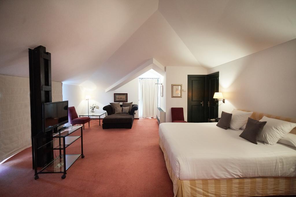 https://golftravelpeople.com/wp-content/uploads/2019/04/Torremirona-Relais-Hotel-Golf-Spa-Bedrooms-15.jpg
