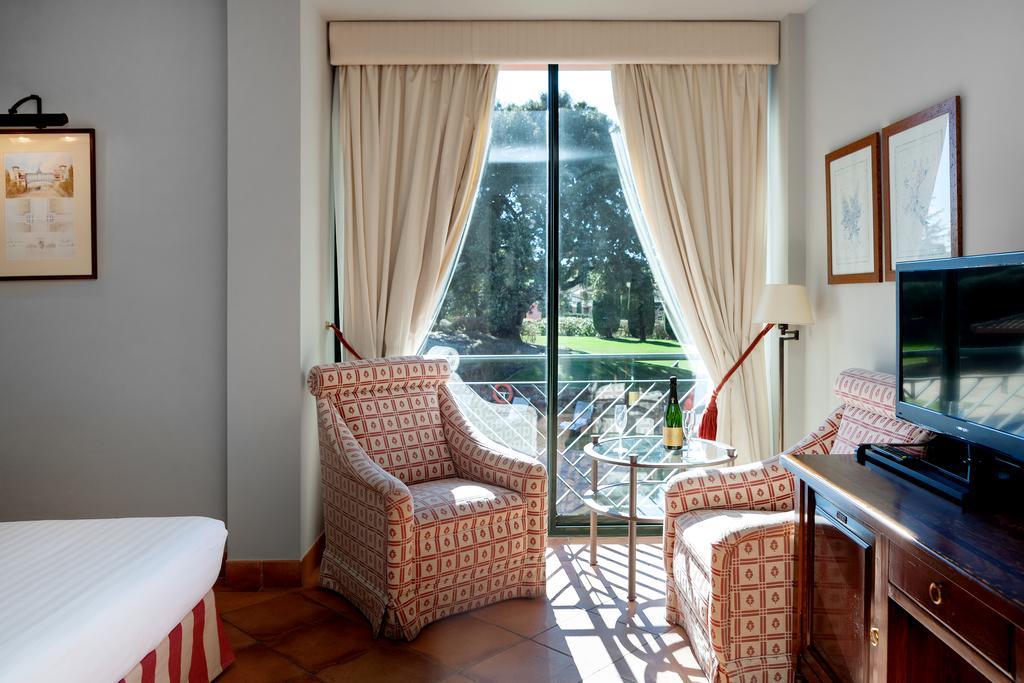 https://golftravelpeople.com/wp-content/uploads/2019/04/Torremirona-Relais-Hotel-Golf-Spa-Bedrooms-5.jpg