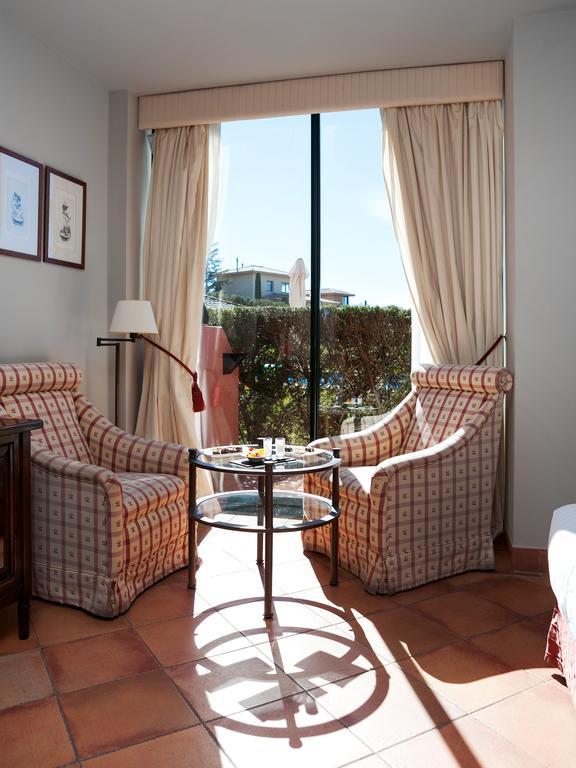 https://golftravelpeople.com/wp-content/uploads/2019/04/Torremirona-Relais-Hotel-Golf-Spa-Bedrooms-6.jpg