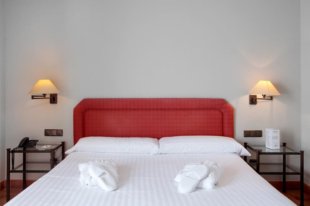 https://golftravelpeople.com/wp-content/uploads/2019/04/Torremirona-Relais-Hotel-Golf-Spa-Bedrooms-7.jpg