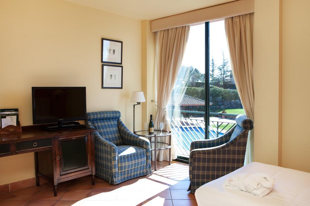https://golftravelpeople.com/wp-content/uploads/2019/04/Torremirona-Relais-Hotel-Golf-Spa-Bedrooms-8.jpg