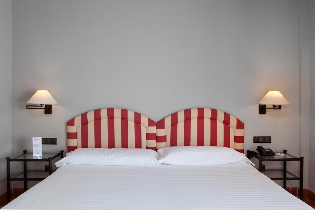 https://golftravelpeople.com/wp-content/uploads/2019/04/Torremirona-Relais-Hotel-Golf-Spa-Bedrooms-9.jpg