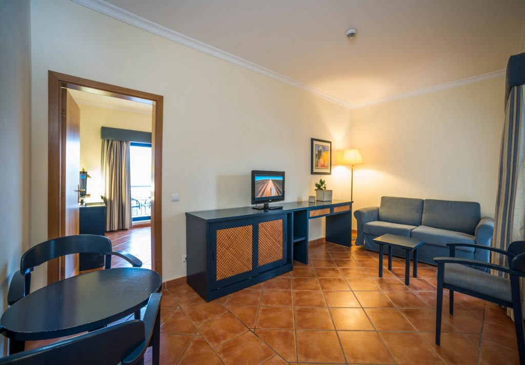 https://golftravelpeople.com/wp-content/uploads/2019/04/Vila-Gale-Hotel-Tavira-Bedrooms-10-Copy-1024x713.jpg