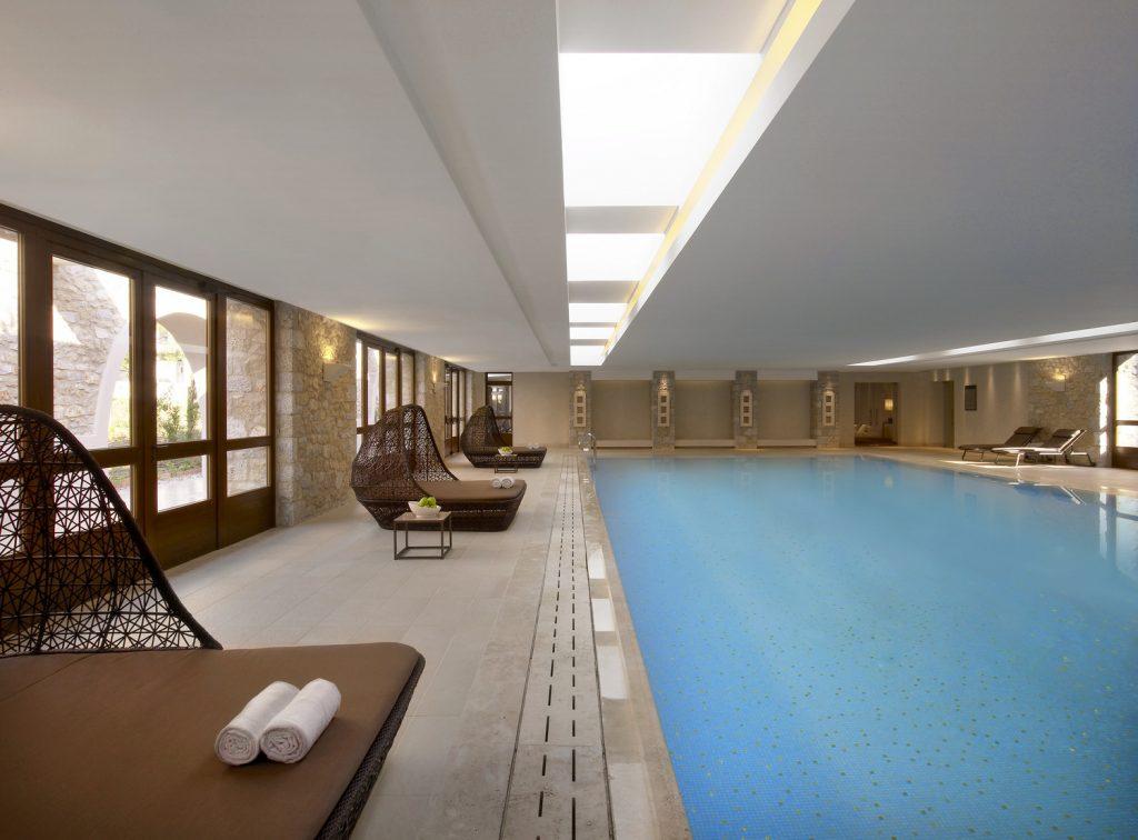 https://golftravelpeople.com/wp-content/uploads/2019/04/Westin-Resort-Costa-Navarino-Indoor-pool-1024x756.jpg