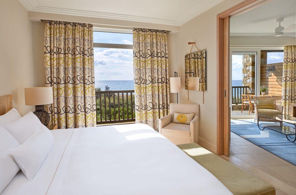 https://golftravelpeople.com/wp-content/uploads/2019/04/Westin-Resort-Costa-Navarino-Premium-Suite-Bedroom-1024x674.jpg