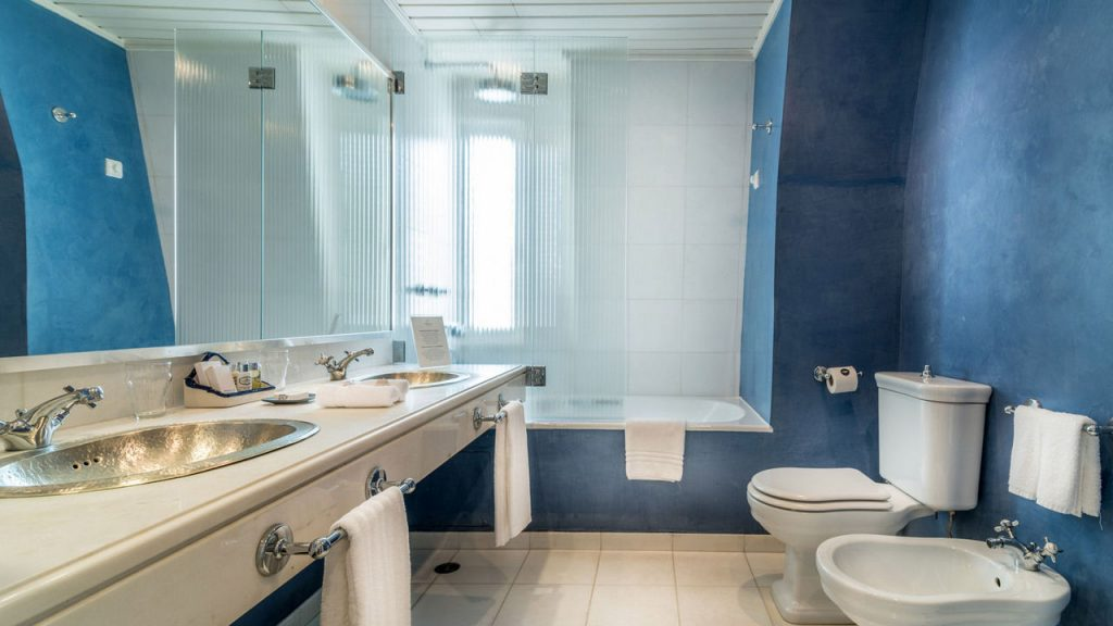 https://golftravelpeople.com/wp-content/uploads/2019/05/Albatroz-Hotel-Cascais-Bedrooms-5-1024x576.jpg