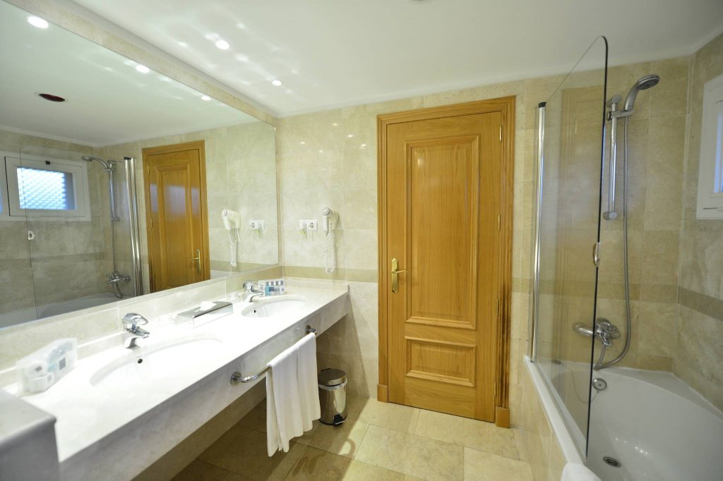 https://golftravelpeople.com/wp-content/uploads/2019/05/Guadalmina-Hotel-Spa-and-Golf-Resort-Bedrooms-1-1024x682.jpg