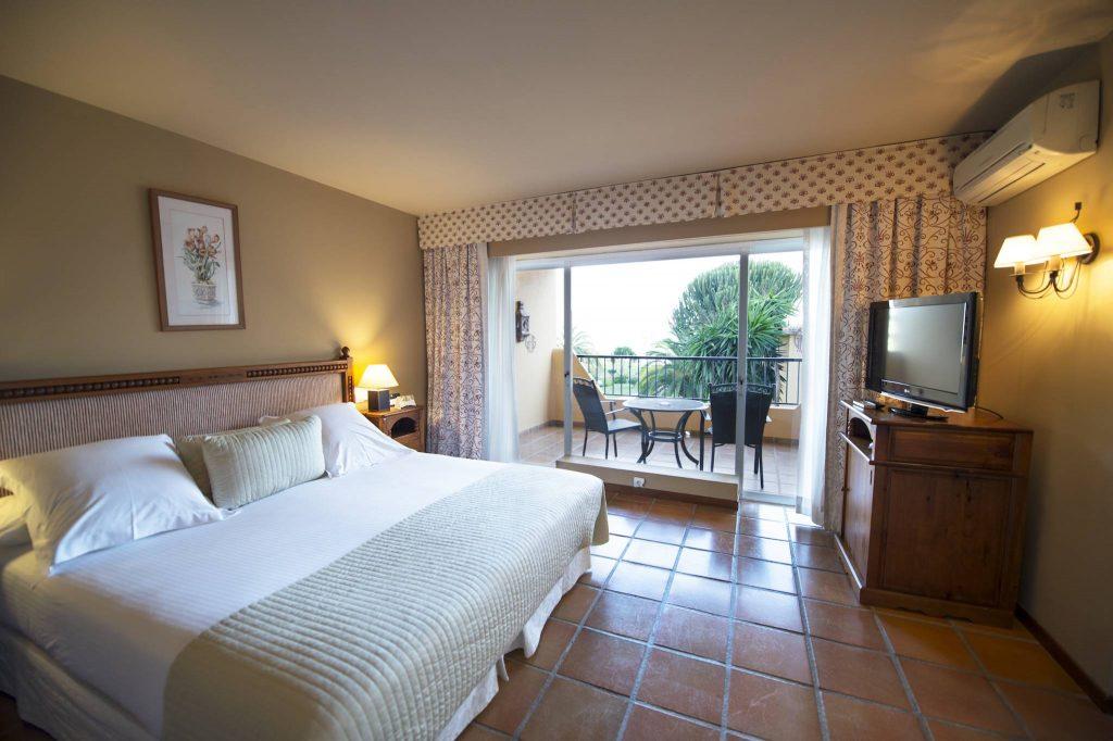 https://golftravelpeople.com/wp-content/uploads/2019/05/Guadalmina-Hotel-Spa-and-Golf-Resort-Bedrooms-8-1024x682.jpg