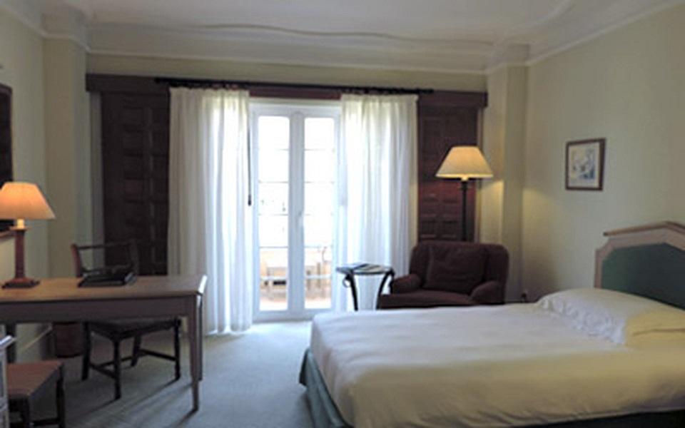 https://golftravelpeople.com/wp-content/uploads/2019/06/La-Manga-Club-Hotel-Principe-Felipe-Bedrooms-9.jpg